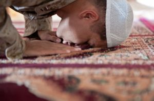800px-Flickr_-_DVIDSHUB_-_Muslim_chaplain_ministers_at_Camp_Leatherneck_during_Ramadan_(Image_1_of_7)